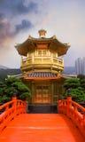 Torre de oro del buddhism con el puente rojo Imagen de archivo