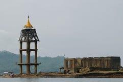 Torre de oro del reloj y ruina del templo subacuático Imágenes de archivo libres de regalías