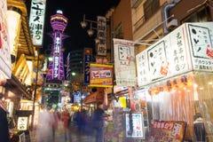 Torre de Osaka con algunos restaurantes en la noche Fotos de archivo