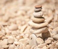 Torre de pebbes empilhados em pernas de pau, imagem quadrada do zen Imagem de Stock Royalty Free
