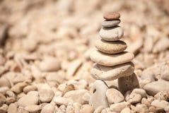 Torre de pebbes empilhados em pernas de pau, vista direita do zen Fotografia de Stock Royalty Free