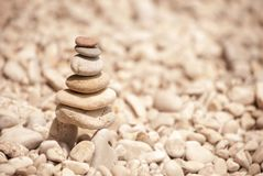 Torre de pebbes empilhados em pernas de pau, vista esquerda do zen Imagem de Stock