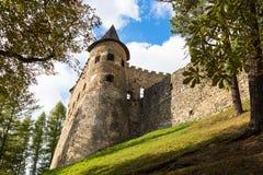 Torre de pedra velha com fendas Castelo em Stara Lubovna Imagens de Stock