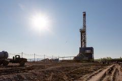 Torre de perforación de aceite en la salida del sol Fotografía de archivo libre de regalías