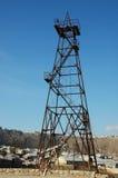 Torre de petróleo velha durante brilhante fotografia de stock