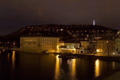 Torre de Petrin con el río en la noche, Praga, República Checa de Moldava Fotos de archivo