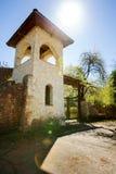 Torre de piedra con una cerca Imagenes de archivo