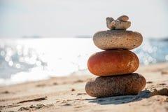 Torre de piedra en la playa foto de archivo