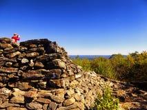Torre de piedra piramidal en la montaña del oso imagenes de archivo