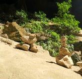 Torre de piedra religiosa en una cueva en Tailandia Imagen de archivo libre de regalías