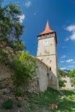 Torre de piedra de una iglesia fortificada en Lechinta Lechnitz en alemán Transilvania, Rumania Foto de archivo libre de regalías