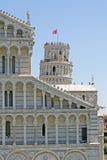 Torre de Pisa que cuelga en el cuadrado de milagros Foto de archivo