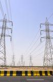 Torre de poder alta al lado de la autopista Fotos de archivo libres de regalías