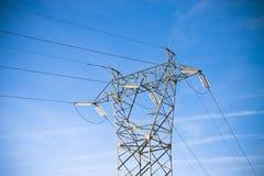 Torre de poder y líneas de transmisión en fondo azul Imagen de archivo