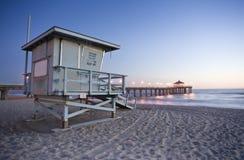 Torre de protector de vida y embarcadero de Manhattan Beach foto de archivo