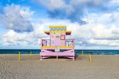 Torre de protetor da vida na praia sul no por do sol Imagens de Stock Royalty Free