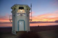 A torre de protetor icónica da vida na praia principal do Laguna Beach, Califórnia fotografia de stock royalty free