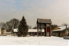 Torre de pulso de disparo com a árvore do inverno do Natal em Ventspils Fotografia de Stock Royalty Free