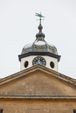 Torre de pulso de disparo com aleta de tempo e frontão na neve Imagem de Stock