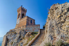 Torre de pulso de disparo crenellated medieval da parede do tijolo Imagem de Stock