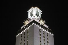 Torre de pulso de disparo da Universidade do Texas na noite fotografia de stock royalty free