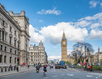 Torre de pulso de disparo de Big Ben com tráfego Fotografia de Stock Royalty Free