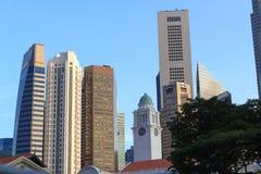 Torre de pulso de disparo de Victoria Theatre e da sala de concertos e arranha-céus, Singapura Foto de Stock Royalty Free