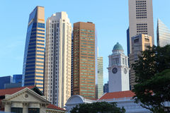 Torre de pulso de disparo de Victoria Theatre e da sala de concertos e arranha-céus, Singapura Fotografia de Stock Royalty Free