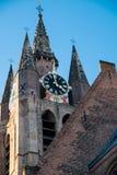 Torre de pulso de disparo do Oudekerk na louça de Delft Foto de Stock Royalty Free