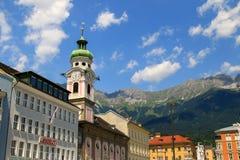 A torre de pulso de disparo do Spitalskirche em Innsbruck, Áustria Fotografia de Stock Royalty Free