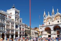A torre de pulso de disparo e a basílica da catedral de St Mark Veneza Foto de Stock