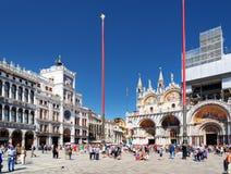 A torre de pulso de disparo e a basílica da catedral de St Mark, Veneza Imagem de Stock Royalty Free