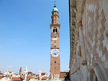 A torre de pulso de disparo e a basílica de Palladian em Vicenza Fotografia de Stock