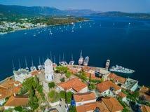 A torre de pulso de disparo da ilha de Poros, Grécia Foto aérea do zangão fotos de stock