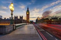 Torre de pulso de disparo da ponte e do Big Ben de Westminster em Londres após o por do sol fotografia de stock