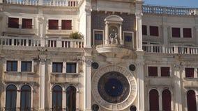 Torre de pulso de disparo no quadrado de San Marco em Veneza video estoque