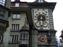 A torre de pulso de disparo ou o Zeitglockenturm no centro da cidade de Berna foto de stock royalty free