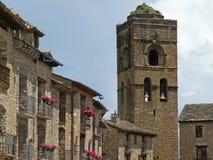 Torre de quadrado central e de igreja Vila de AÃnsa Arte medieval spain fotos de stock royalty free