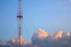Torre de rádio e céu Foto de Stock Royalty Free