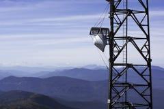 Torre de radio y montañas de la investigación Fotografía de archivo