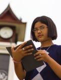 Torre de reloj adolescente de la lectura Imagen de archivo