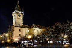Torre de reloj astronómica en la vieja plaza Imagen de archivo libre de regalías