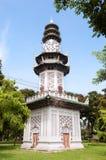 Torre de reloj china en el parque de Lumpini, Bangkok, Tailandia Foto de archivo libre de regalías