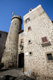 Torre de reloj con la bandera italiana del pueblo de Bagnaia Italia Imagen de archivo libre de regalías