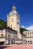 Torre de reloj contra el cielo azul en el pueblo del centro turístico de Rosa K Fotos de archivo libres de regalías
