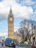 Torre de reloj de Big Ben con tráfico Imagen de archivo