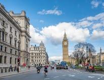 Torre de reloj de Big Ben con tráfico Fotografía de archivo libre de regalías