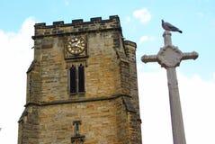 Torre de reloj de la catedral medieval con la paloma Fotografía de archivo