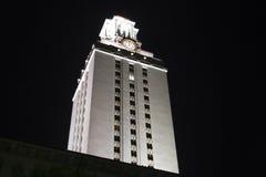 Torre de reloj de la Universidad de Texas en la noche Imagen de archivo libre de regalías