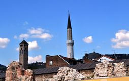 Torre de reloj de Sahatkula y alminar Imagen de archivo libre de regalías